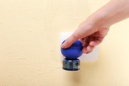 fumigador: Mano que sostiene fumigador mosquito