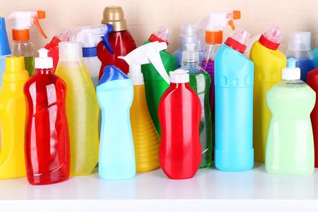 Productos de limpieza en el estante Foto de archivo - 30771219