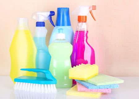 cleaning products: Productos de limpieza en el estante