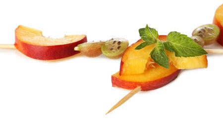 fruit skewers: Brochetas de frutas frescas para la merienda saludable aislados en blanco