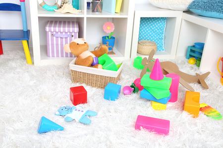 Colorful giocattoli sul soffice tappeto in camera dei bambini Archivio Fotografico - 31141788