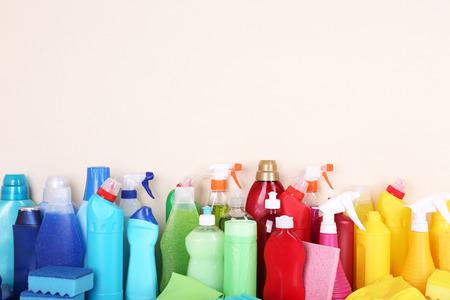 botella de plastico: Productos de limpieza en el estante
