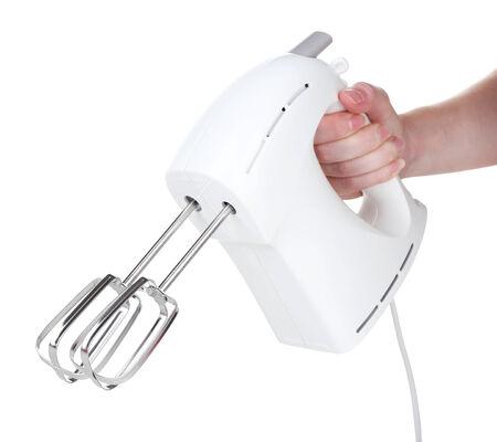 batteur �lectrique: Main f�minine tenant un batteur �lectrique moderne, isol� sur blanc