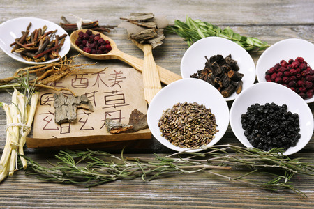 s�mbolo de la medicina: Tradicionales ingredientes de hierbas medicinales chinas con jerogl�ficos no reales, de cerca Foto de archivo