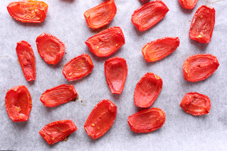 sun dried: Sun dried tomatoes on drying tray, close-up