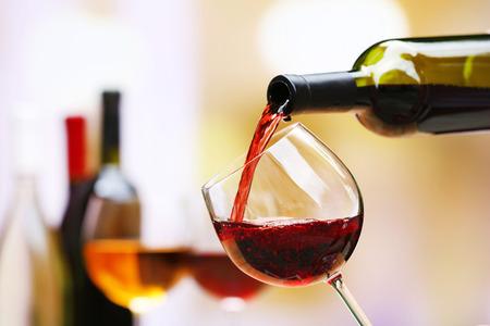 vidrio: Vino rojo que vierte en copa de vino, primer plano