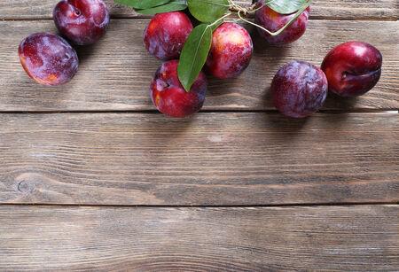 plum: Ciruelas dulces en el fondo de madera Foto de archivo