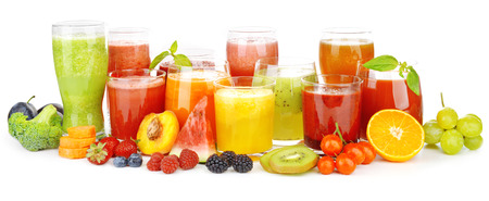 verre jus orange: Lunettes de savoureux jus de fruits frais, isol� sur blanc Banque d'images