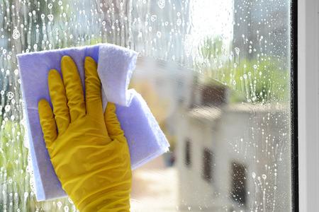 Fensterputzen mit speziellen Tuch