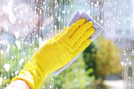 manos limpias: Ventanas de la limpieza con un trapo especial