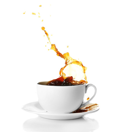 tazas de cafe: Taza de caf� con salpicaduras, aislado en blanco Foto de archivo