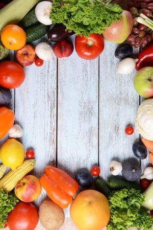 Frisches Bio-Obst und Gemüse auf Holzuntergrund Standard-Bild