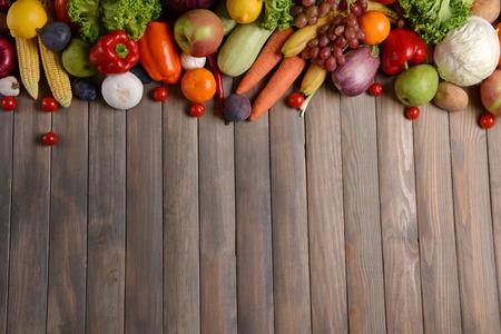 Verse biologische groenten op houten achtergrond