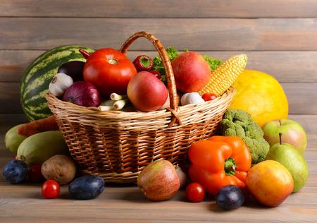 frutas: Frutas org�nicas y verduras frescas sobre fondo de madera