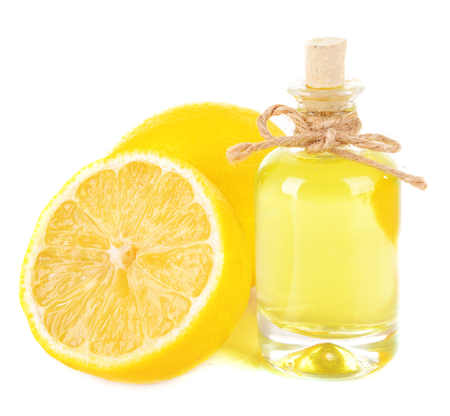 L'huile de citron isolé sur blanc
