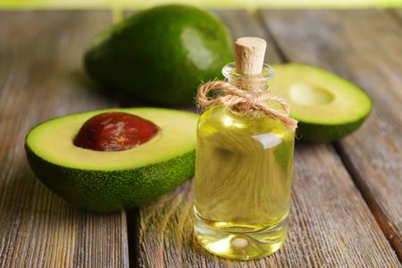 Avocado: El aceite de aguacate en la mesa de close-up