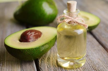 Avocado-Öl auf dem Tisch Nahaufnahme