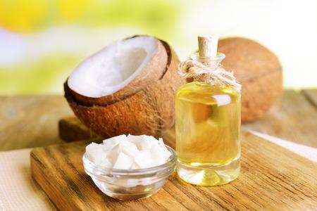 aceite de coco: El aceite de coco en la mesa sobre fondo claro