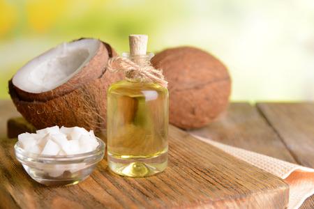 L'olio di cocco sul tavolo su sfondo chiaro Archivio Fotografico - 37111234