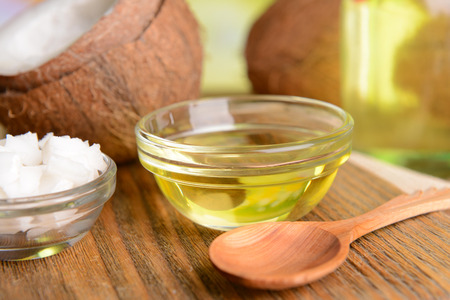 coconut oil: El aceite de coco en la mesa de close-up
