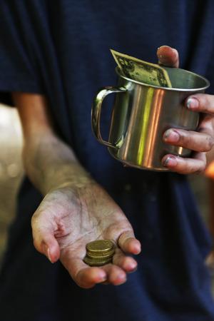 manos sucias: Dinero mendigo sin hogar en sus manos sucias