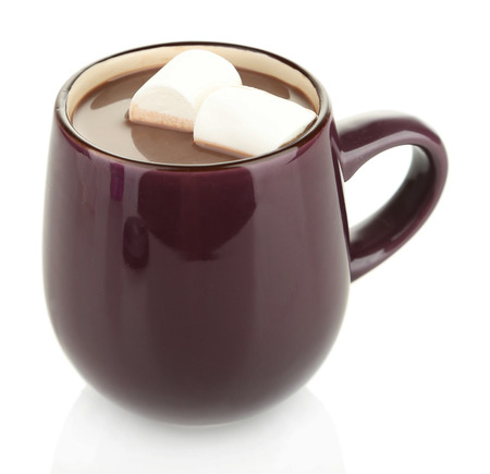 chocolate caliente: Chocolate caliente con malvaviscos en una taza, aislado en blanco