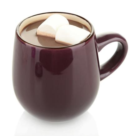 Le chocolat chaud avec des guimauves dans la tasse, isolé sur blanc