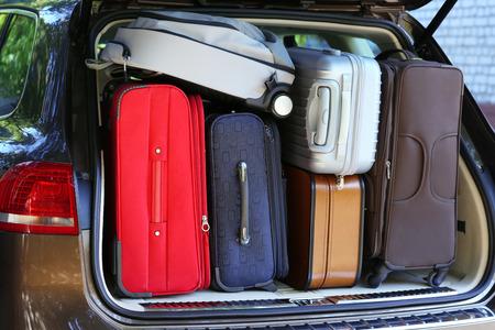 Valigie e borse in tronco di auto pronte a partire per le vacanze Archivio Fotografico - 38271300