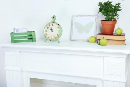 reloj pared: Diferentes objetos en el estante blanco en la sala de estar
