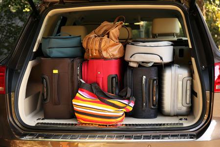 Koffer und Taschen im Kofferraum des Autos bereit für den Urlaub fahren