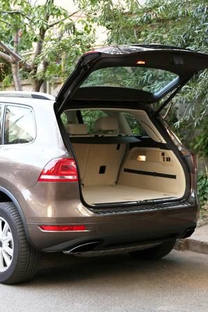 Open kofferbak van de auto, buitenshuis