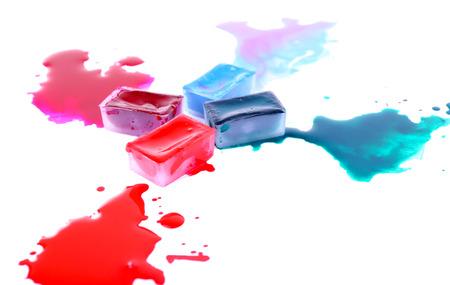 pintura derramada: Acuarela cubos de pintura y derram� pintura aislado en blanco