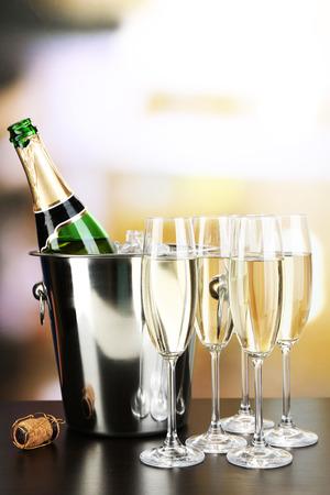 Champagne in glazen en fles in restaurant Stockfoto