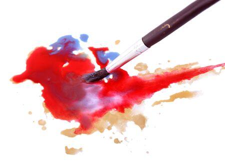 pintura derramada: Cepillo y derram� pintura aislado en blanco