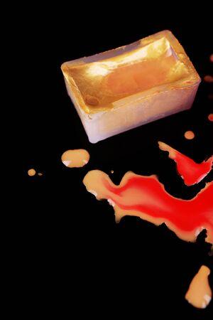 pintura derramada: Cubo de pintura de la acuarela y el ya derramado pintura aislado en negro