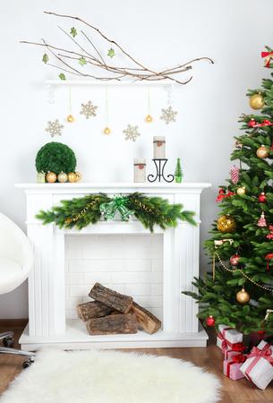 Kerst boom in de buurt van open haard in de kamer