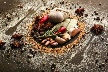 plato de comida: Especias en la mesa con cubiertos silueta, primer plano Foto de archivo