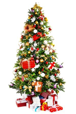 Versierde kerstboom op wit wordt geïsoleerd