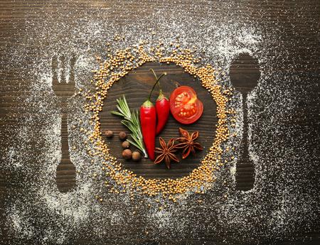 カトラリー シルエット付きのテーブル スパイス クローズ アップ