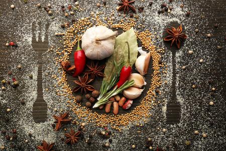 épices: Epices sur la table avec les couverts silhouette, close-up Banque d'images