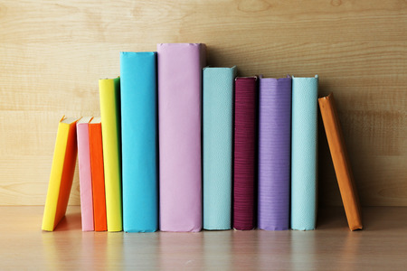 columna vertebral: Libros en el estante de madera de cerca