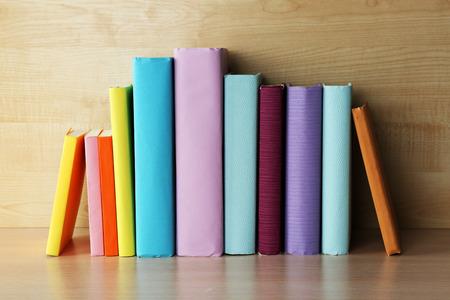 Livres sur l'étagère en bois close-up
