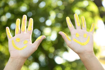 mundo manos: Sonreír manos de colores sobre fondo natural Foto de archivo