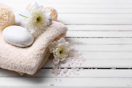 toallas: Spa ajuste sobre fondo de madera