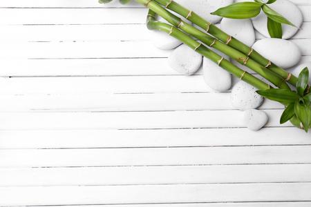木製の背景にスパ竹