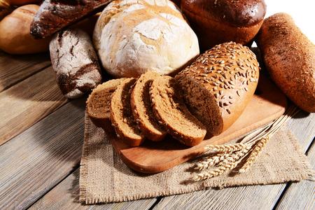 comiendo pan: Pan fresco en la mesa de close-up