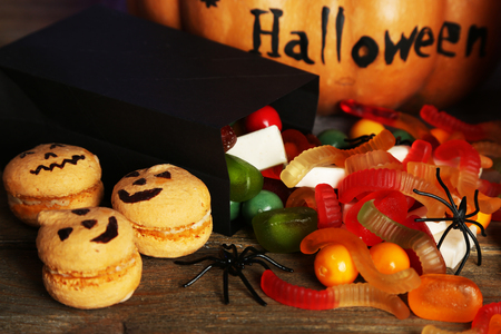 calabazas de halloween: Composici�n para Halloween con los dulces en la mesa de madera Foto de archivo