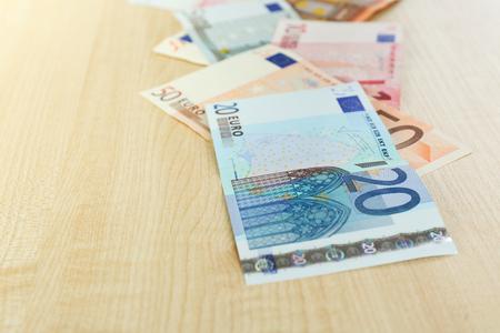banconote euro: Le banconote in euro sul tavolo primo piano