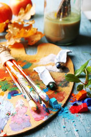 paleta de pintor: Bodegón hermosa con materiales de arte profesionales, de cerca Foto de archivo