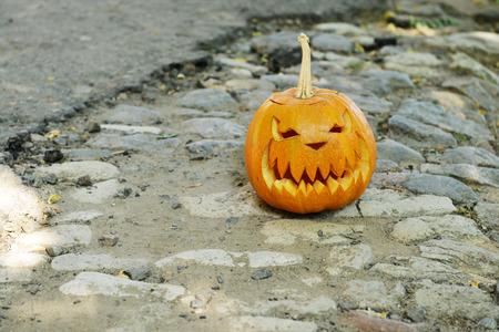 empedrado: Calabaza para Halloween vacaciones en la carretera pavimentada
